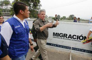 El senador estadounidense Michael McCaul (c) en visita al puente internacional Simón Bolívar, en la frontera entre Cúcuta (Colombia) y Venezuela. Foto: EFE.