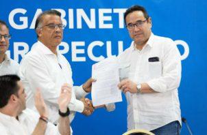 La Resolución fue entregada al presidente de la Asociación Nacional de Porcicultores (ANAPOR), Carlos Pitty al ministro Augusto Valderrama. Foto/Cortesía