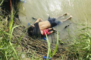 Dolorosa escena de padre e hija en la orilla del río Bravo. Foto: AP.
