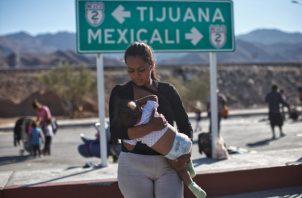 Migrantes centroamericanos continúan su trayecto hoy por la norteña ciudad de Mexicali con rumbo a la fronteriza Tijuana. FOTO/EFE
