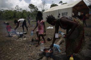 Durante la estadía de los migrantes en Panamá se les garantiza la atención médica y alimentación básica. Foto de EFE