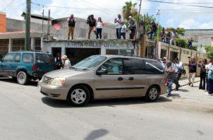 Vista de la carroza fúnebre que traslada los cuerpos de los migrantes salvadoreños Óscar Martínez y su hija Valeria en la ciudad de Matamoros. Foto: EFE.