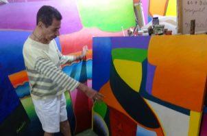 Junto a otras obras de etapas anteriores de su vida como artista. /Foto Rosalina Orocú Mojica.
