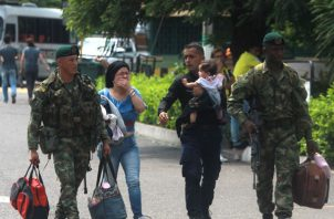 Un policía venezolano llega a un área de la frontera con Colombia junto a su familia. FOTO/EFE