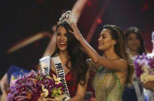 Catriona Gray recibe la corona como nueva Miss Universo.