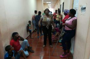 Un grupo de mujeres junto a sus hijos protestaron frente a las oficinas del Miviot. Foto/Diómedes Sánchez