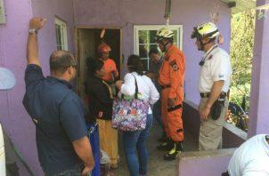 Personal del Miviot y Sinaproc evalúan la situación de las casas afectadas por el sismo.