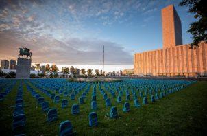 co un cementerio de mochilas recuerdan a los miles de niños que han perdido la vida en los países en conflicto. FOTO/EFE