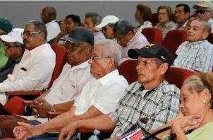 Aproximadamente 263 mil jubilados podrían recibir el bono de 100 dólares. EFE