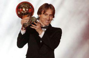 Luka Modric levanta el Trofeo Balón de Oro. Foto:EFE