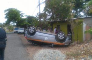 Al momento del accidente un adulto mayor se encontraba sentado en el portal de la casa. Foto/Thays Domínguez
