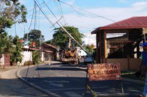 La explosión de un tanque de gas y un poste caído atendieron los estamentos de seguridad. Foto: Thays Domínguez.