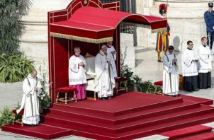 Momento en que el papa Francisco realiza la ceremonia de canonización de monseñor Romero.