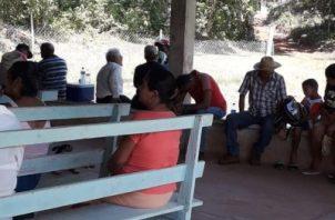 Las familias afectadas estuvieron acompañadas de la Defensoría del Pueblo y de miembros del Frente Amplio Colonense. Foto/Diómedes Sánchez