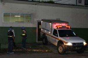 El cuerpo fue trasladado a media noche a la morgue judicial de Colón. Foto/Diómedes Sánchez