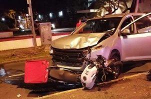 La motocicleta que conducía el venezolano quedó atrapada debajo del automóvil que la colisionó.