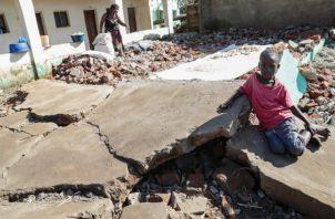 Un niño juega en una calle afectada por el paso del ciclón Idai en Sofala (Mozambique). FOTO/EFE