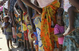 Mujeres y niños en espera de vacunarse contra el cólera tras el ciclón Idai en Mozambique. Foto: AP.