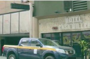 Hallan muerto a un estadounidense en habitación de hotel en Calidonia