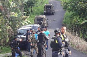 Personal de la Policía Nacional, acordonó todo el área, en medio de los curiosos. Foto: Diómedes Sánchez S.