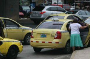 Mujer celosa golpeó con un extintor que se encontraba dentro del taxi.
