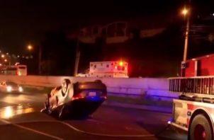 El vehículo que conducía la mujer terminó volcado en la avenida Domingo Díaz, luego de chocar contra otro auto.