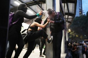El grupo de mujeres realizó una protesta que al inicio fue pacífica y luego acabo en grandes  destrozos. FOTO/ARCHIVO