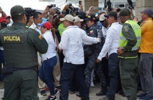 Una mujer policía se entrega en el área fronteriza en el Puente Internacional de Tienditas. FOTO/AP