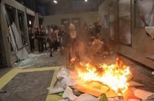 Las mujeres arremetieron contra los cristales de la estación de transporte público, rompiendo también las máquinas expendedoras de billetes de metro y los carteles publicitarios, FOTO/AP