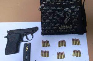 Maleta llevaba arma y municiones.