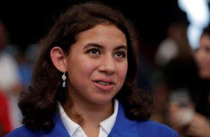 Emily Santos  en la ceremonia de abanderamiento.