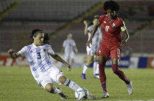 Natalia Mills (der.) es la capitana de Panamá.