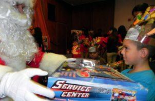 """Papá Noel """"visita todos los hogares donde viven los niños que creen en él"""", dice el Norad, que recuerda que llega """"solamente cuando los niños están dormidos""""."""