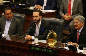 El presidente salvadoreño, Nayib Bukele (c), ante la Asamblea Legislativa de El Salvador . Foto: EFE.