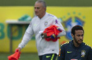 Tite y Neymar en el entrenamiento de Brasil que se prepara para la Copa América. Foto AP