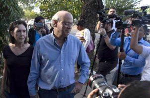 Carlos Fernando Chamorro (d), director de un grupo de medios de comunicación críticos con el Gobierno del presidente Daniel Ortega, presentó un amparo por la confiscación de medios. FOTO/EFE