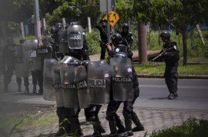 """Enfrentamiento entre manifestantes antigubernamentales y agentes antidisturbios de Nicaragua, tras una misa de acción de gracias en la Catedral Metropolitana de Managua por la liberación de los que la oposición considera """"presos políticos"""". FOTO/EFE"""