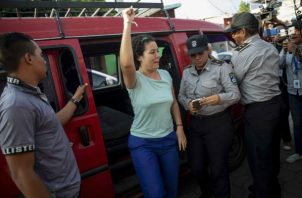 La presa política Adilia Peralta Cerratos (c) celebra luego de ser liberada. Foto: EFE