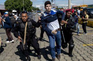 El enfrentamiento se dio en la zona sureste de Managua cuando agentes de la Policía nicaragüense lanzaron bombas de sonido en contra de un grupo de personas que aparentemente estaban a la espera de sumarse a la protesta.