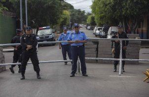 Su reclamo lo llevó hasta la sede de la Policía, donde agentes antidisturbios golpearon a periodistas y fotógrafos que cubrían esa denuncia.