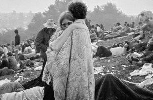 La foto de Nick y Bobbi, abrazados al amanecer, una de las imágenes más reproducidas del siglo XX. Representaba el sentir del movimiento hyppie: Paz y Amor. La pareja se casó y siguen juntos 50 años después del festival. Fotos: AP. y Facebook Bobbi Kelly.