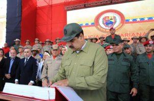 """El Gobierno venezolano denunció este mes que más de 700 """"mercenarios"""" están siendo entrenados en Colombia para simular ataques venezolanos contra las fuerzas del orden en el país vecino. FOTO/EFE"""