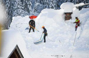 En Alemania, operarios retiran nieve de los techos. Foto: EFE.