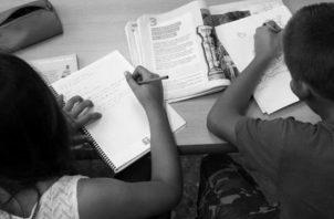 La niña obtuvo el premio en el concurso de matemáticas y una beca hasta secundaria.  Foto: EFE.