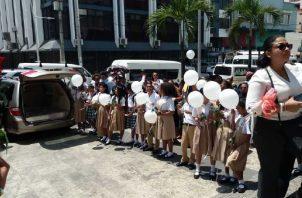 Estudiantes del centro educativo de Veracruz, en el que Norma Cerrud era directora, hicieron calle de honor a los cuerpos de las mujeres. Foto de Yai Urieta
