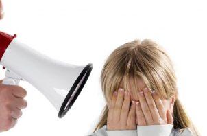 Los gritos  pueden ser una de las primeras reacciones de los padres ante un berrinche.