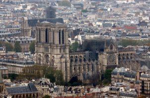 Los bomberos declararon su éxito en una batalla de más de 12 horas para extinguir un infierno que envolvía la emblemática catedral de Notre Dame de París, que reclamó su torre y techo, pero no escatimó en sus campanarios. FOTO/AP