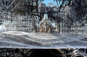 Desperfectos ocasionados por el fuego en el interior de la catedral de Notre Dame. FOTO/EFE