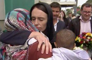 La primera ministra Jacinda Ardern,  abraza y consuela a una mujer que visitó la mezquita de Kilbirnie para depositar flores entre los tributos a las víctimas de los ataques de Christchurch, en Wellington. FOTO/AP