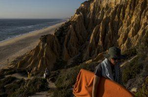 Los escalones a las playas de Melides están rodeados de areniscas que se cree tienen 5 millones de años. (Daniel Rodrigues para The New York Times)